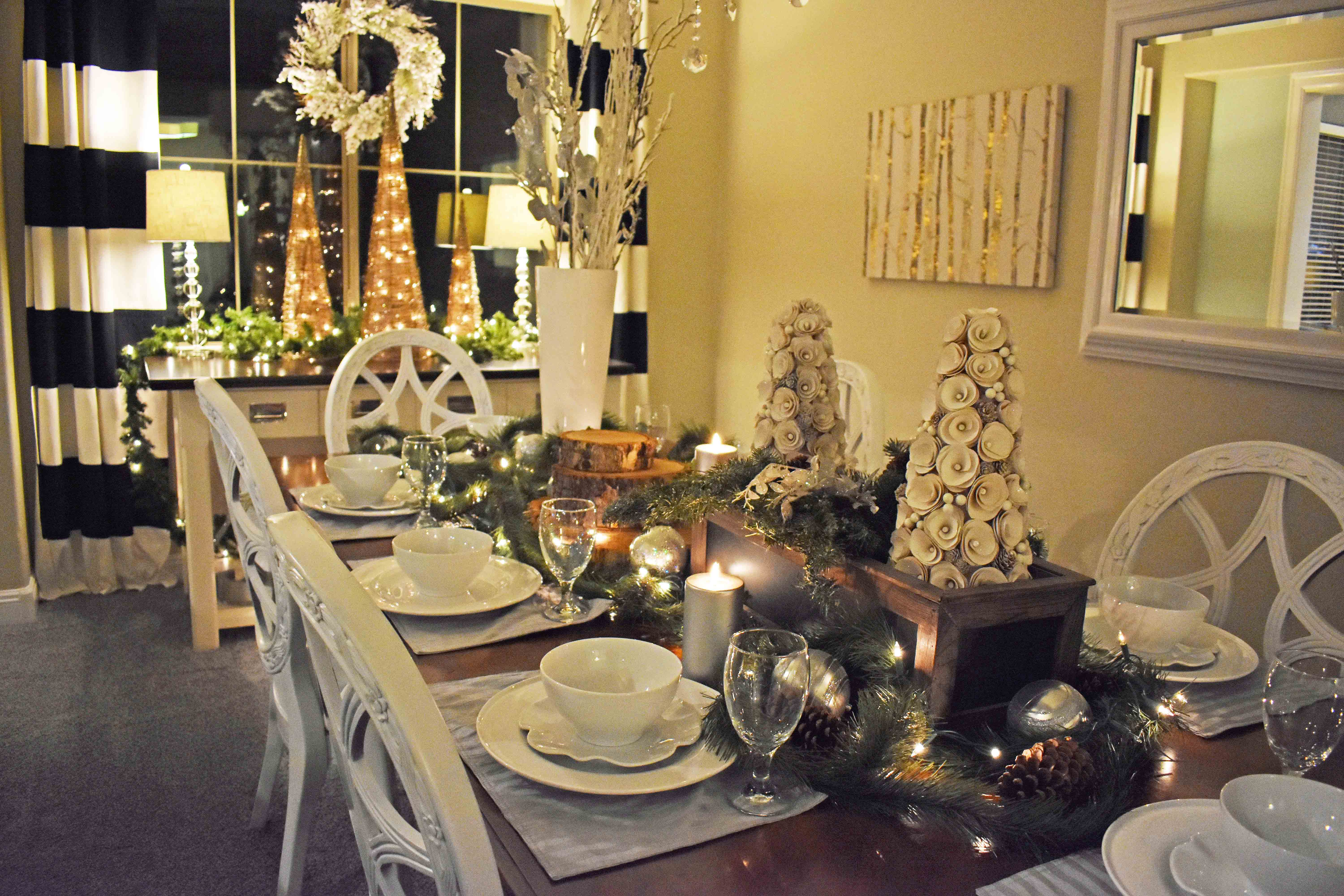 Christmas Tablescapes Ideas. Christmas Dining Room. Natural Christmas decor. www.modernhoney.com