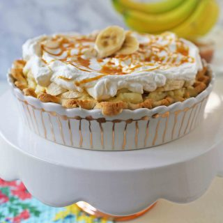 Salted Caramel Banana Cream Pie. Homemade banana cream pie with salted caramel. www.modernhoney.com #bananacreampie #caramelbananacreampie #thanksgivingpie #thanksgiving #pie #pierecipes