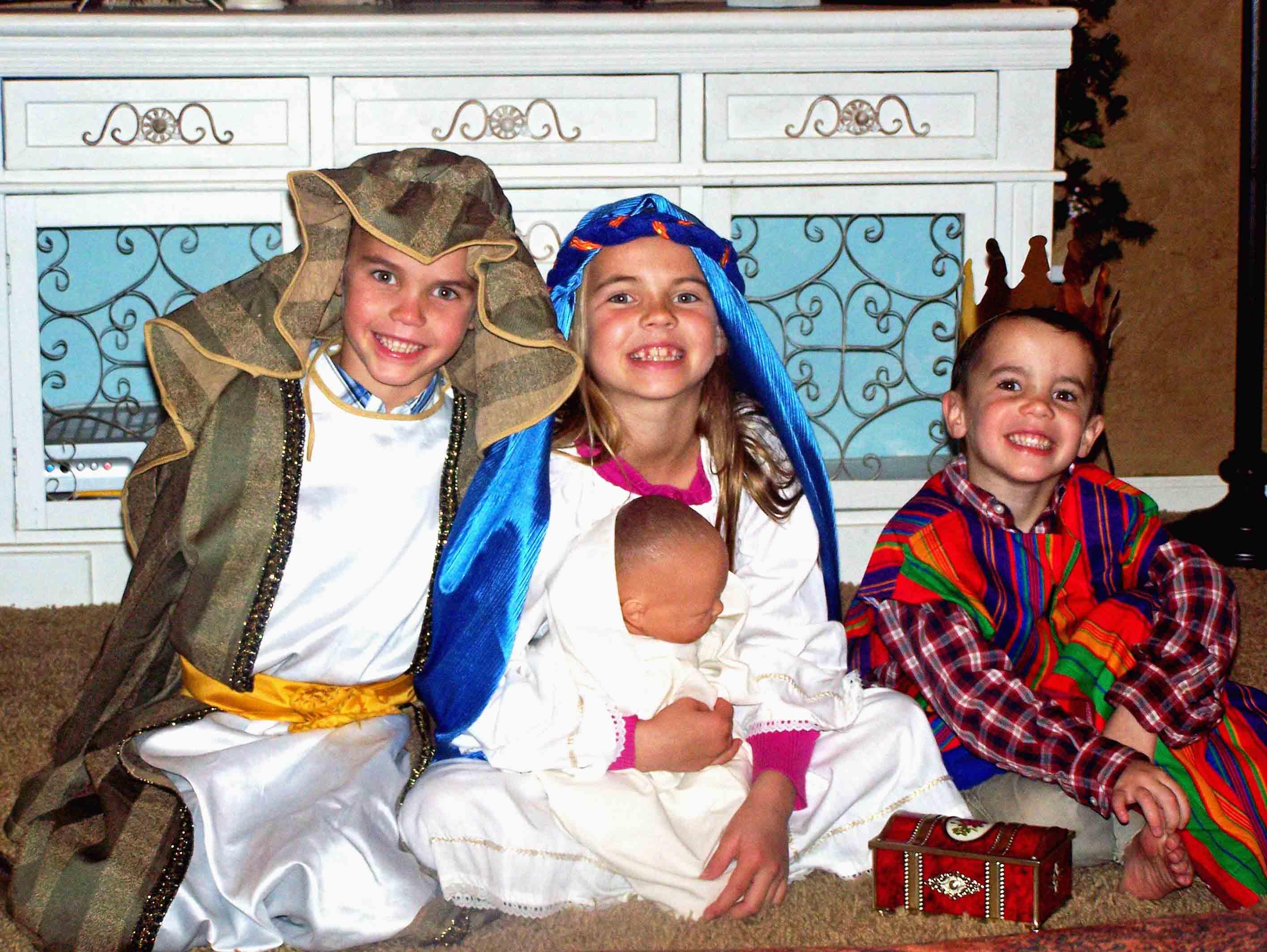 Christmas Bucket List. 10 Ways to Feel the Christmas Spirit by Modern Honey. Kids Nativity.