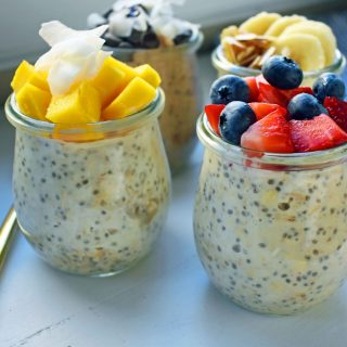 4 Ways to make Overnight Oats. How to make easy perfect overnight oats topped with berries, chocolate, bananas, coconut, and nuts. Naturally sweetened and protein filled breakfast. www.modernhoney.com