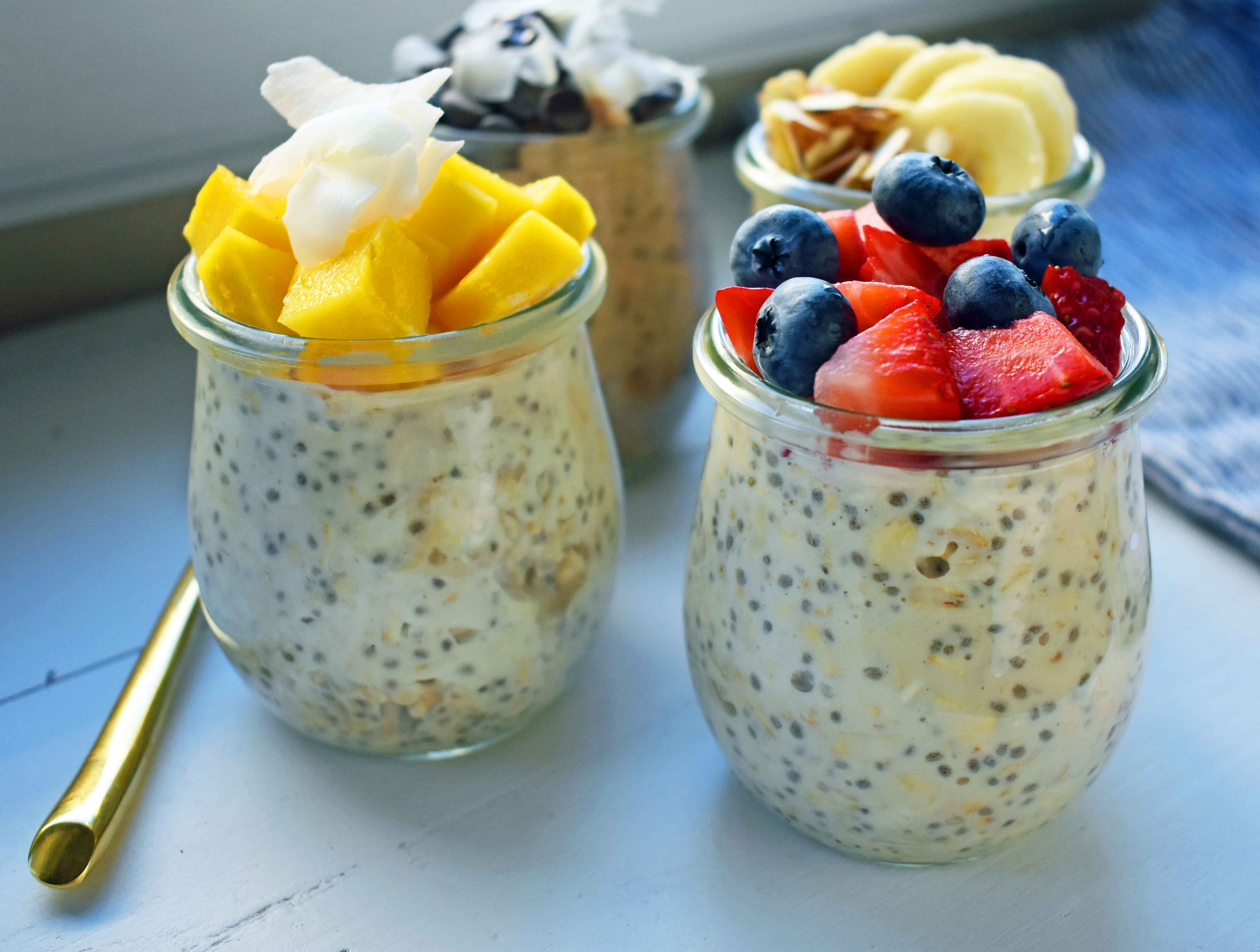 5 Ways to make Overnight Oats. How to make easy perfect overnight oats topped with berries, chocolate, bananas, coconut, and nuts. Naturally sweetened and protein filled breakfast. www.modernhoney.com