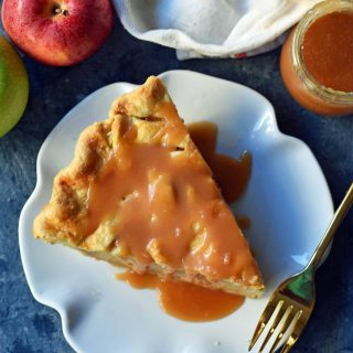 Salted Caramel Apple Pie Recipe. Classic apple pie baked with homemade salted caramel sauce. A perfect caramel apple pie recipe that everyone loves! www.modernhoney.com