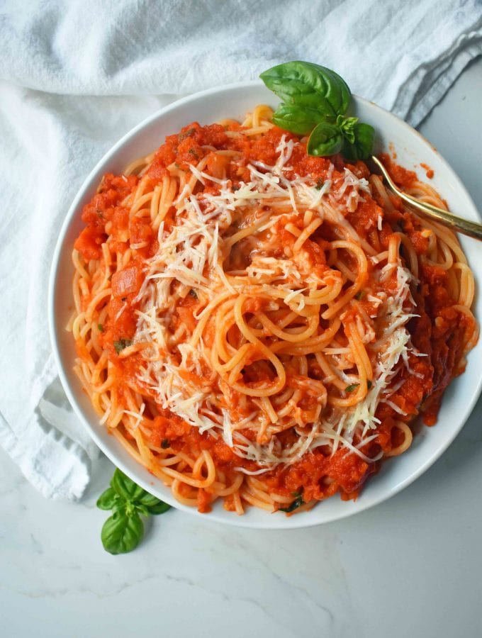 Homemade Marinara Spaghetti Sauce. How to make the best authentic marinara sauce. Spaghetti with marinara sauce. An easy spaghetti sauce made from scratch. www.modernhoney.com
