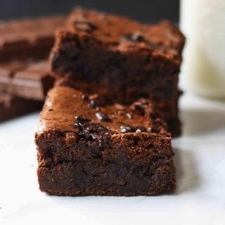 Gluten-Free Chocolate Fudge Brownies. How to make the best gluten-free brownies. Almond Flour Chocolate Brownies. #glutenfree #brownies #glutenfreebaking #glutenfreebrownies #brownies #chocolate www.modernhoney.com