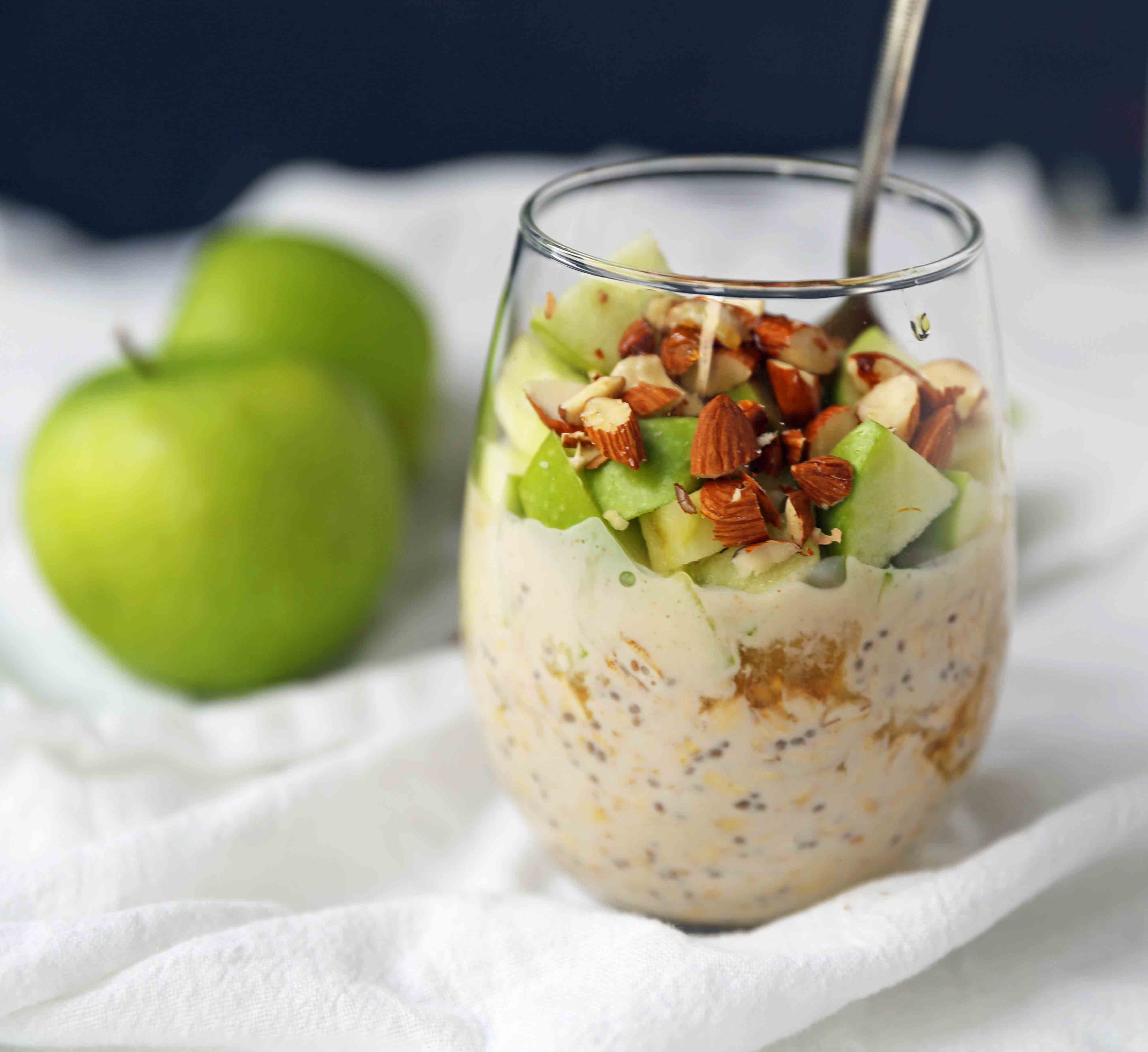 Apple Pie Overnight Oats. Healthy no-sugar-added breakfast. Overnight Oats with Greek Yogurt, Crisp Green Apples, Crunchy Almonds, Cinnamon, and Real Maple Syrup. www.modernhoney.com #overnightoats #applepieovernightoats #appleovernightoats