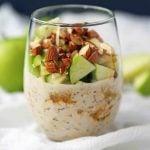 Apple Pie Overnight Oats. Healthy overnight oats with greek yogurt. No-sugar added all-natural overnight oats with apples, cinnamon, and almonds. www.modernhoney.com #overnightoats