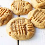 Soft Chewy Peanut Butter Cookies. How to make the perfect peanut butter cookie. www.modernhoney.com #peanutbutter #peanutbuttercookies #softpeanutbuttercookies #chewypeanutbuttercookies
