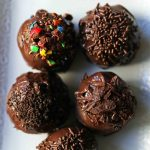 Oreo Truffles Recipe. Creamy Oreo truffles with a rich chocolate coating. An easy homemade chocolate truffle with only 4 ingredients! The BEST Oreo Truffles Recipe. www.modernhoney.com #truffles #truffle #chocolatetruffle #oreotruffle #oreotruffles #christmasgoodies