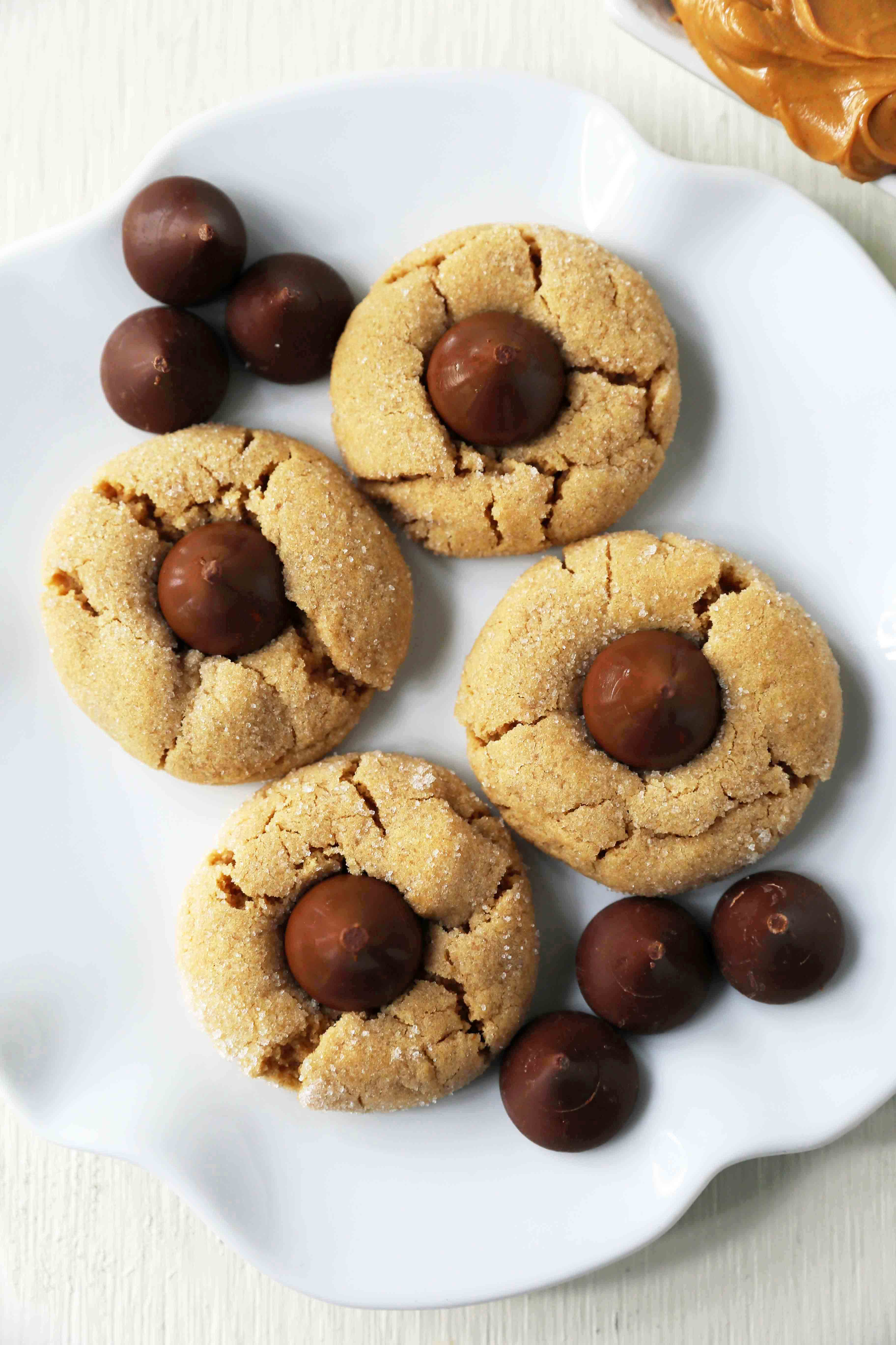 Peanut Butter Blossoms Cookies. Peanut Butter Chocolate Kiss Cookies are such a popular cookie recipe. Everyone loves these Kiss Cookies! www.modernhoney.com #chocolatepeanutbuttercookies #kisscookies #chocolatekisscookies #peanutbuttercookies #christmascookies