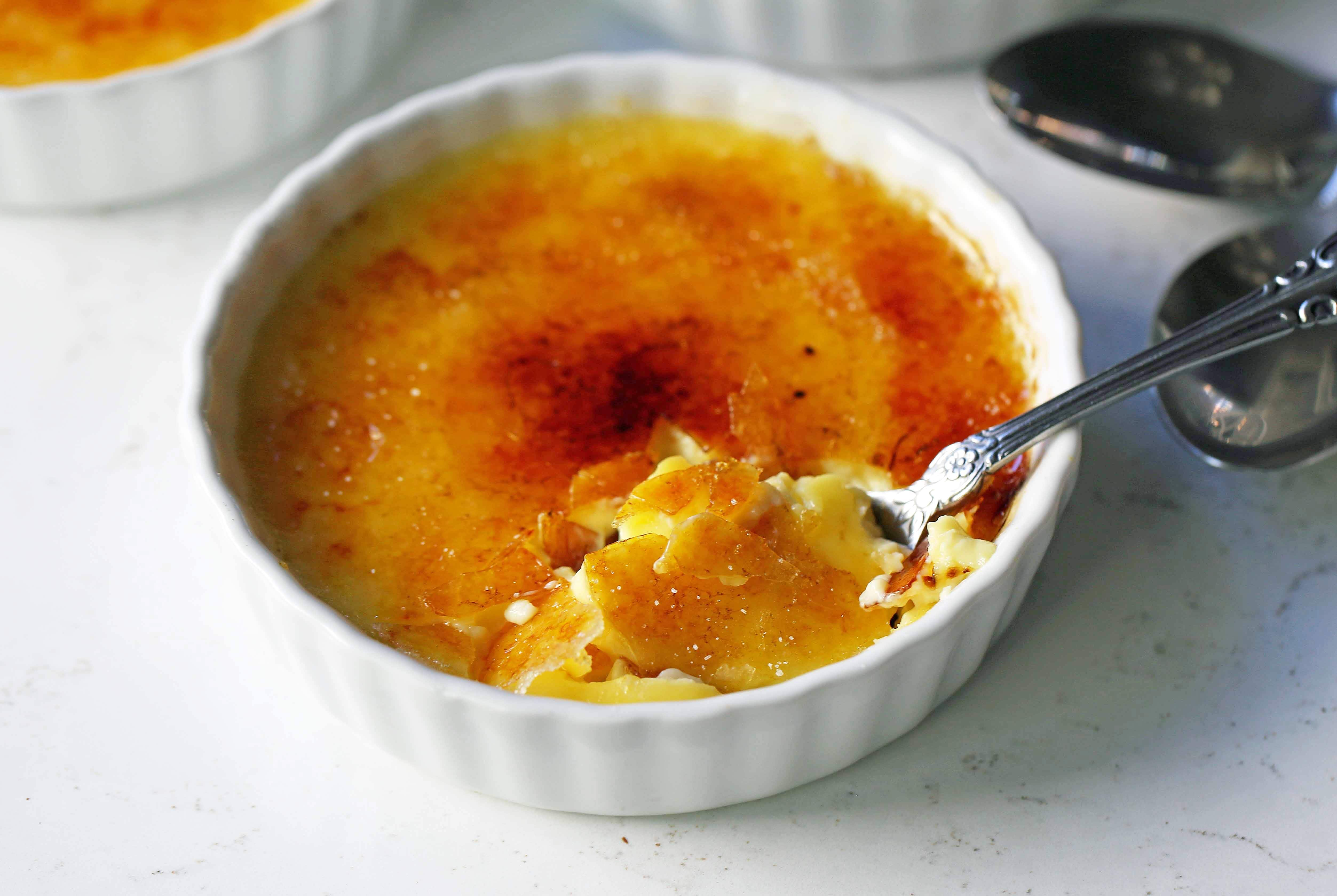 Creme Brulee Recipe. Howto make the best creme brulee. A creamy, silky vanilla custard topped with crisp sugar crust is one of the most popular desserts at restaurants for good reason. www.modernhoney.com #cremebrulee #vanillacremebrulee #dessert #valentinesday #valentinesdaydessert