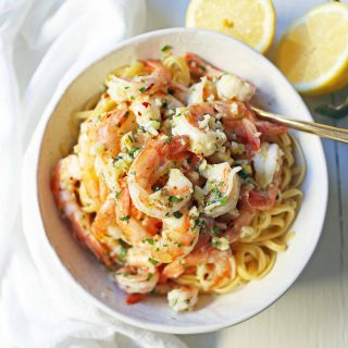 Shrimp Scampi Linguine. Shrimp sauteed in a lemon garlic butter sauce tossed with linguine pasta and made in less than 20 minutes. www.modernhoney.com #shrimp #shrimpscampi #shrimpscampilinguine #pasta #valentinesday