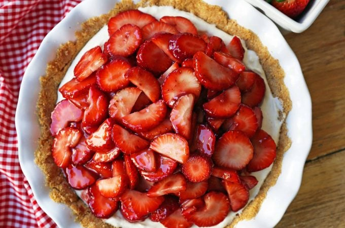 Strawberry Cream Cheese Pie. An easy sweet cream cheese pie with a buttery graham cracker crust and topped with glazed strawberries. The best strawberry pie! #strawberrypie #strawberries #pie #easter #easterdessert #creamcheesepie