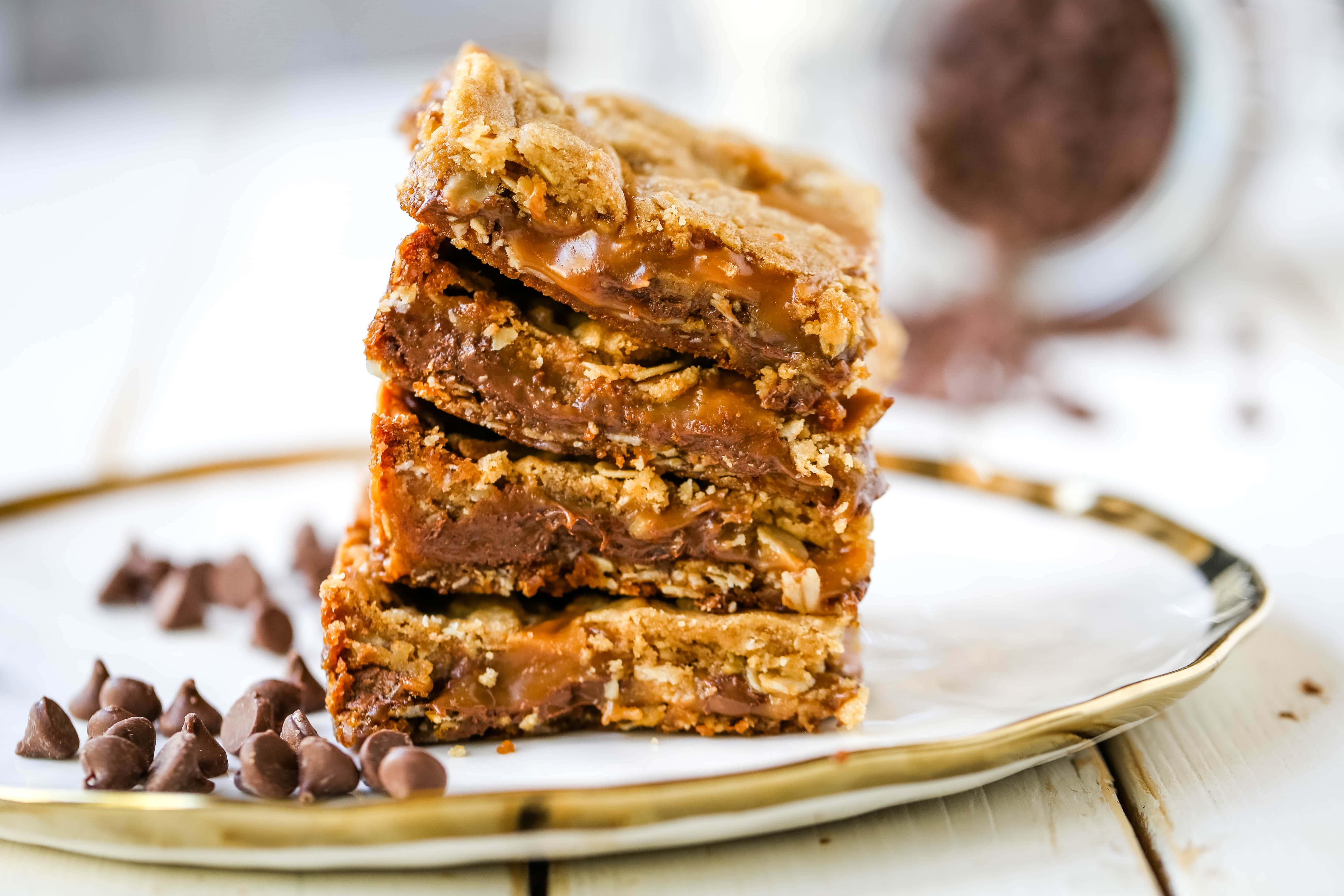 Caramelitas Chocolate Caramel Oatmeal Bars. Buttery oatmeal cookie layer with gooey sweet caramel and rich milk chocolate. The perfect caramelita bar recipe! www.modernhoney.com #caramelitas #chocolatecaramelbars #dessertbars