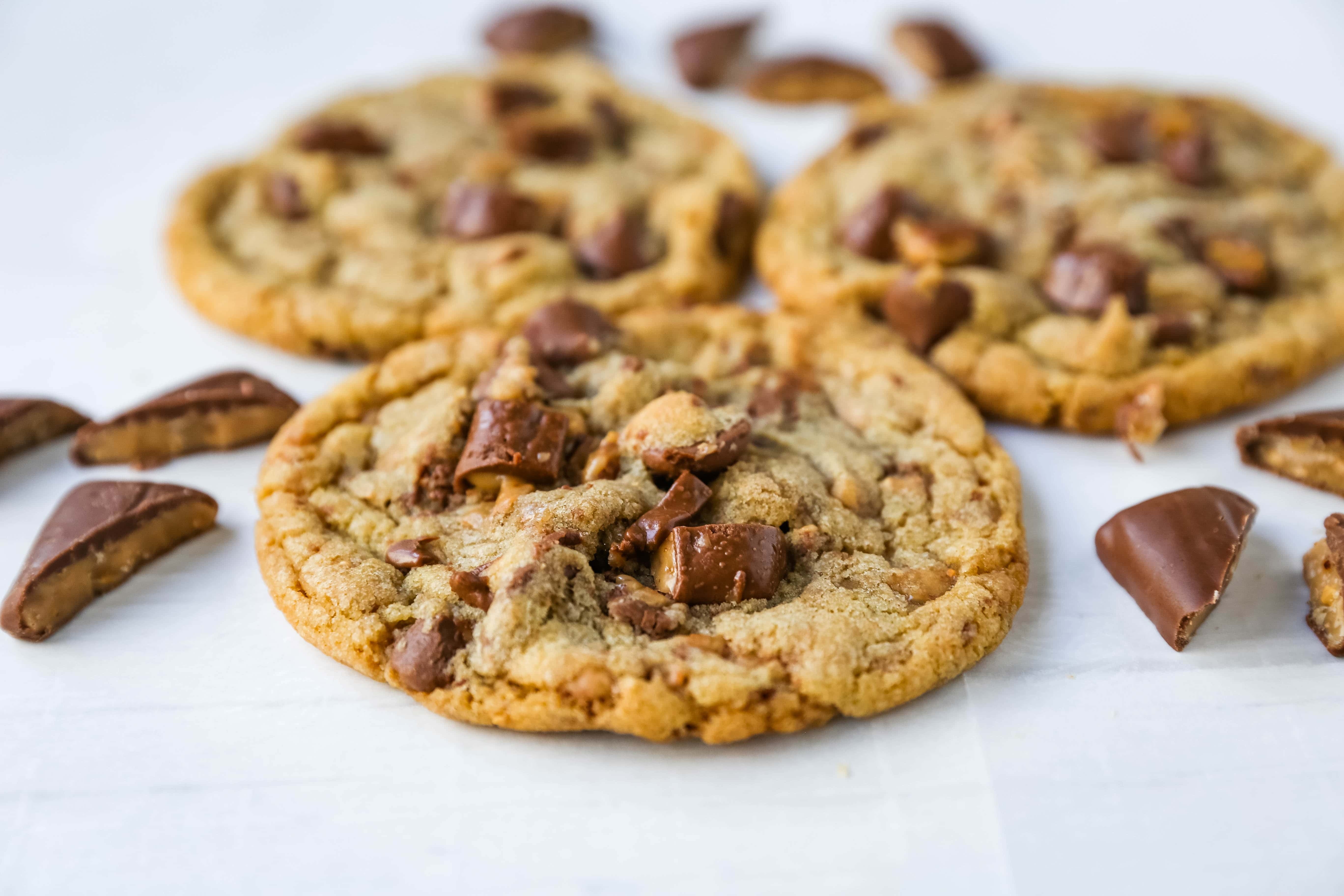 Milk Chocolate Toffee Cookies Buttery rich milk chocolate chip cookies with milk chocolate covered toffee pieces. You are going to fall in love with these browned butter milk chocolate chip toffee cookies! www.modernhoney.com #toffeecookies #milkchocolatetoffeecookies #saucepancookies
