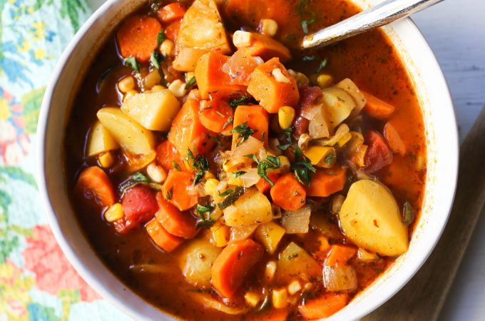 Detox Vegetable Soup. A healthy soup filled with vegetables, herbs, in a warm broth. How to make the best vegetable soup! www.modernhoney.com #vegetablesoup #veggiesoup #soups #soup #healthy