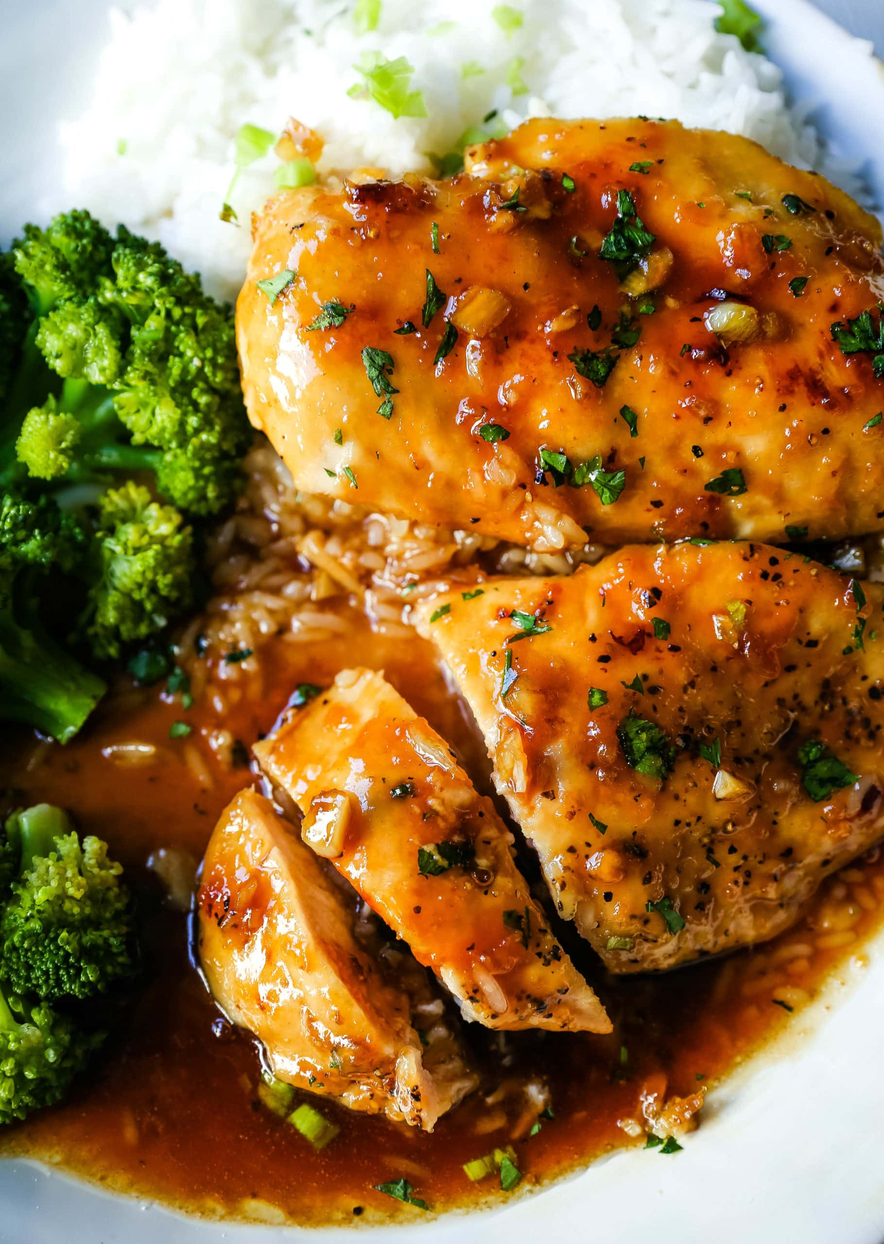 Honey Garlic Chicken. Quick and easy skillet honey garlic chicken breast. Seared chicken breast in an Asian honey garlic sauce. Made in less than 15 minutes! www.modernhoney.com #chicken #dinner #quickdinner #chickenrecipe