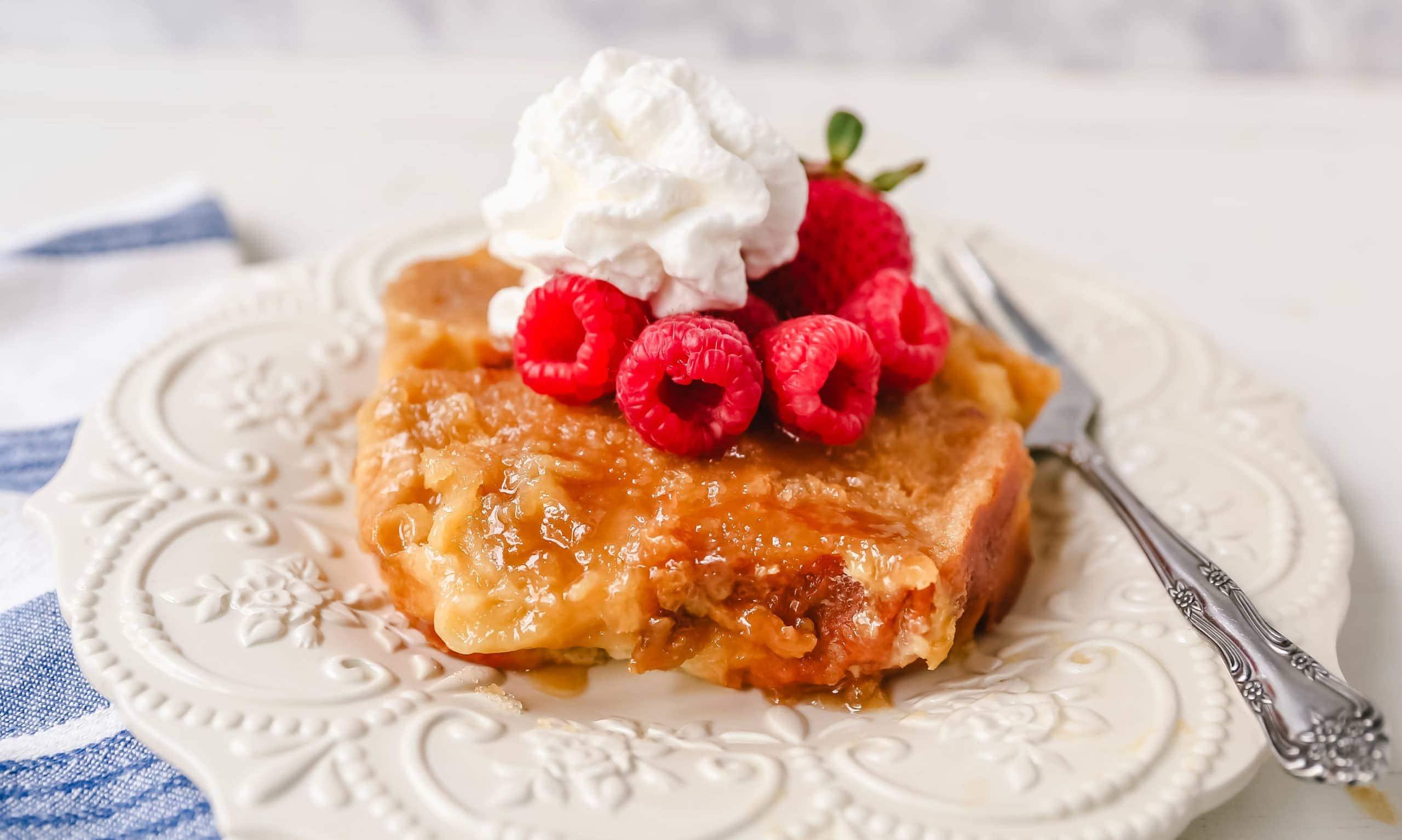 Overnight Creme Brûlée French Toast an easy overnight french toast with thick bread in a buttery sugar glaze and soaked with a sweet custard.www.modernhoney.com #frenchtoast #breakfast #brunch #overnightfrenchtoast